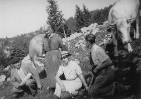 7/L' arrière gd père françois, l' arrière gd mère jeanne joséphine et leurs fils roger. Au second plan la tante alice soeur du françois ( photo prise en été 1935 en Tournéal )