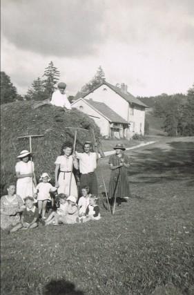8/Les foins au Chalet de fromagerie de sur la roche en 1946