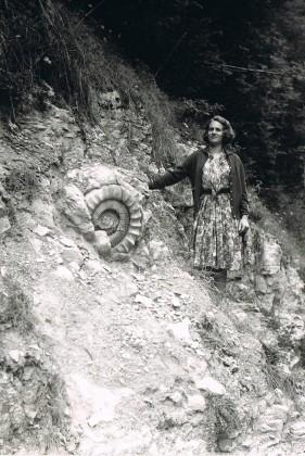 4/Ammonite de l'ère secondaire découverte par la famille en 1965 (maman pose pour la photo)